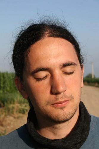 tadašnji dečko, obasjan posljednjim zrakama jutarnjeg rumunjskog sunca